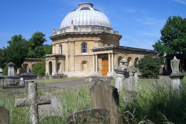 Chapel and graves in Brompton Cemetery