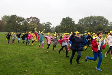 Children race to plant daffodil bulbs