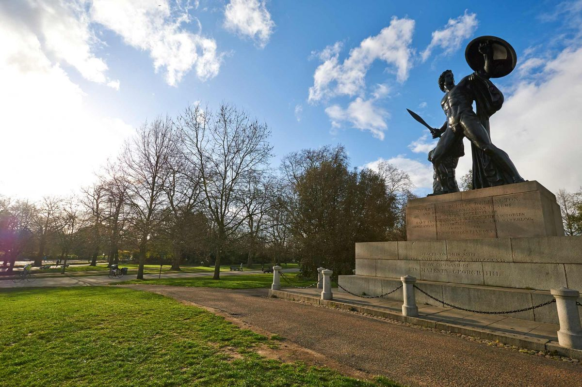 https://www.royalparks.org.uk/parks/hyde-park/things-to-see-and-do/memorials,-fountains-and-statues/statue-of-achilles/_gallery/Statue-of-Achilles-2.jpg/w_1200.jpg
