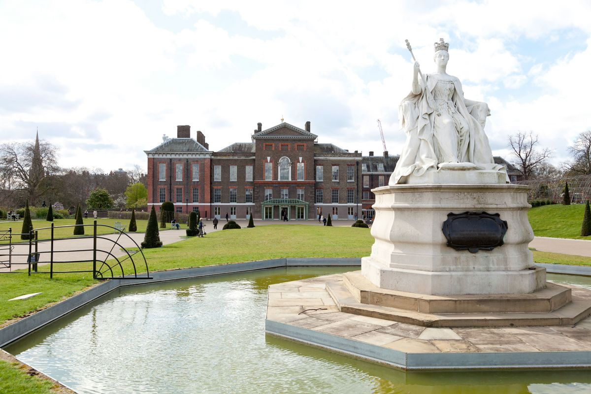 Superb Kensington Palace With The Queen Victoria Statue In Front